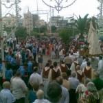 I fedeli attendono la Vergine nel giardino
