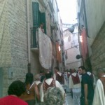 Balconi addobati a festa per la processione