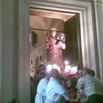 L'immagine della Madonna esce dalla chiesa